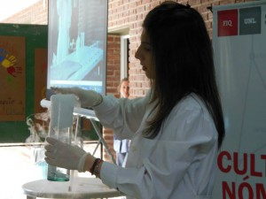 Tatiana Ruscitti haciendo magia química