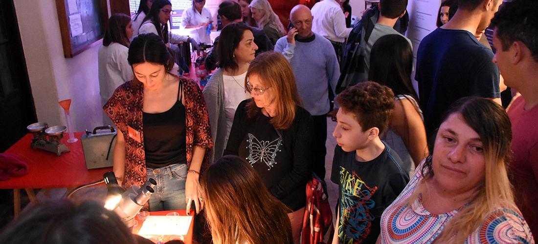 Cientos de personas disfrutaron de la Noche de los Museos en la FIQ
