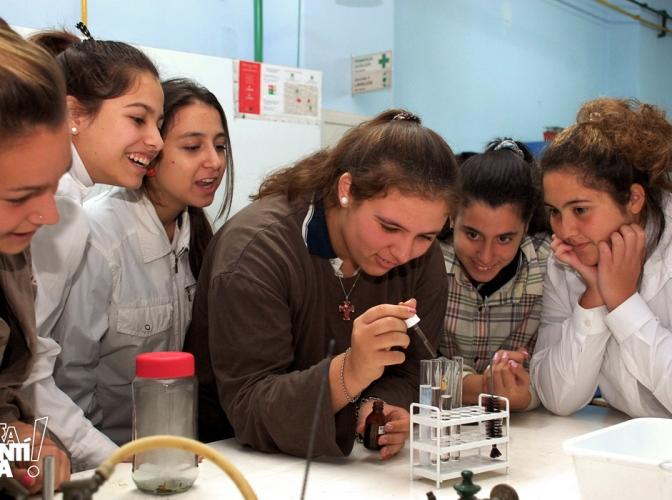 Reacciones químicas en el laboratorio de la FIQ