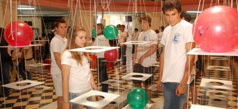 Les sCientiFIQues: ciencia y acrobacia en una propuesta para festejar